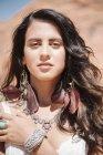 Молодая женщина с длинными каштановыми волосами . — стоковое фото