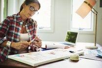 Жінка робить малюнок колаж. — стокове фото