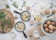 Table avec de la nourriture dans les plats. — Photo de stock