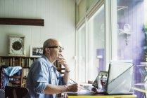 Чоловік працює на портативний комп'ютер — стокове фото