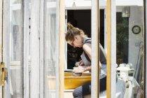 Potter de mujer trabajando con arcilla - foto de stock