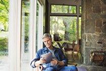 Homme utilisant une tablette numérique . — Photo de stock