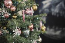 Árvore de Natal com bolas de Natal — Fotografia de Stock