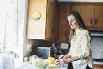 Senior Frau Essen zubereiten — Stockfoto
