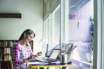 Жінки, що працюють на дому — стокове фото