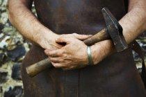 Man holding a hammer. — Stock Photo