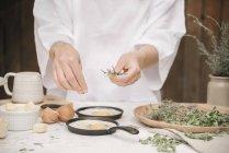 Frau, die Zubereitung von Eiern zum Frühstück — Stockfoto