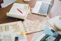 Ремесленные материалы, ткани и бумага — стоковое фото