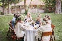 Amigos comendo e bebendo em um jardim — Fotografia de Stock