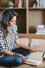 Donna che legge un libro — Foto stock