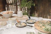 Oeufs frais en petites casseroles — Photo de stock