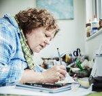 Femme artiste dessin au crayon — Photo de stock