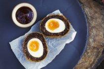 Блюдо со свежими, сделал Скотч яйцо — стоковое фото