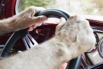 Le mani che tengono il volante di un'auto — Foto stock
