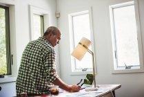 Mann benutzt Laptop zu Hause — Stockfoto