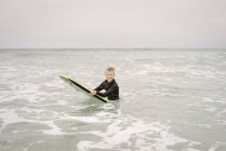 Хлопчик bodyboarding в океані — стокове фото