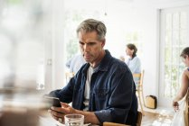 Человек, сидя в кафе — стоковое фото