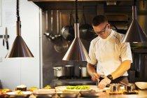 Chef cuisinier au restaurant — Photo de stock
