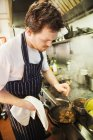 Chef travaillant dans la cuisine — Photo de stock