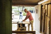Mann arbeitet im Holzhof — Stockfoto