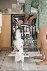 Mujer descalza y perro blanco - foto de stock