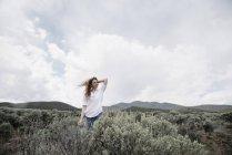 Mulher de pé em uma paisagem aberta — Fotografia de Stock