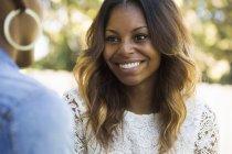 Femme souriante aux longs cheveux bruns — Photo de stock