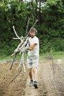Людина, несучи горох палички — стокове фото