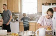 Familie, die Zubereitung des Frühstücks in der Küche — Stockfoto