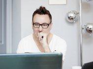 Людина за допомогою ноутбука — стокове фото