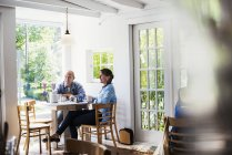 Люди, сидя в кафе — стоковое фото