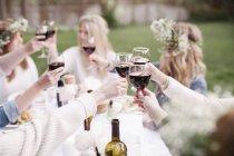 Frauen Toasten mit Rotwein — Stockfoto