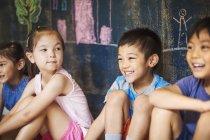 Группа детей в школе . — стоковое фото