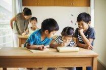 Grupo de crianças em uma sala de aula — Fotografia de Stock