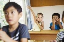 Gruppe von Kindern in einem Klassenzimmer — Stockfoto