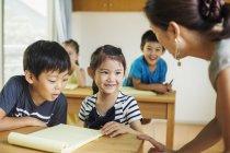 Учитель разговаривает с детьми — стоковое фото