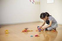 Дівчинка, граючи з геометричних фігур — стокове фото