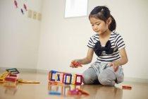 Garota brincando com formas geométricas — Fotografia de Stock
