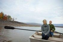 Casal sentado em um barco a remo — Fotografia de Stock