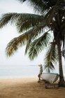 Жінка на відокремленому пляжі — стокове фото