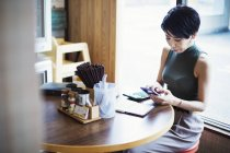 Woman in ramen noodle shop. — Stock Photo