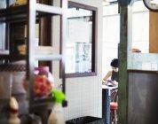 Frau im Ramen-Nudel-shop — Stockfoto