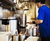 Chef lavora nel negozio di noodle ramen — Foto stock