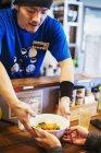 Chef de livrer un bol de nouilles ramen — Photo de stock