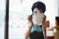 Frau, die Ramen-Nudel-Suppe essen — Stockfoto