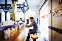 Локшина рамен магазин у місті — стокове фото