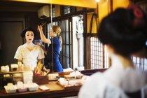 Moderne Geisha-Zubereitung auf traditionelle Weise — Stockfoto