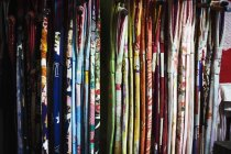 Linhas de tecido colorido, desligando — Fotografia de Stock
