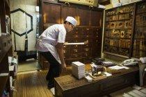 Producteur de petit artisan de bonbons wagashi — Photo de stock