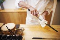 Шеф-повар чистит нож . — стоковое фото